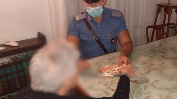 Nonna raggirata con la scusa del finto nipote in difficoltà: i carabinieri le riportano la refurtiva