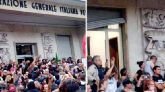 Roma, guerriglia urbana alla manifestazione dei no Green Pass: sfasciata sede della Cgil