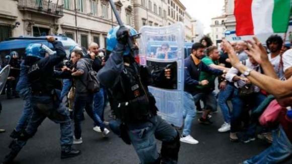 Roma, la manifestazione dei no green pass sfocia in scontri e devastazioni