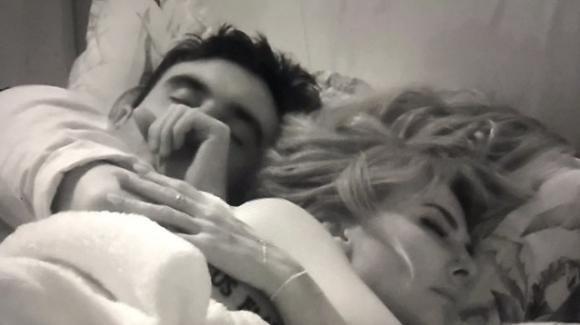 """GF Vip, Miriana dorme con Nicola e la Ricciarelli attacca: """"Gatta morta, a casa ha un figlio"""""""