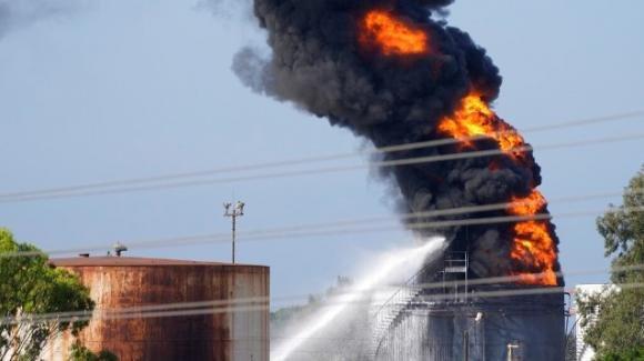 Libano, incendio in un deposito di carburanti: Vigili del Fuoco evitano l'esplosione