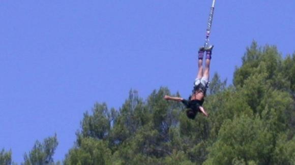 Bungee jumping, mamma si lancia nel vuoto e muore davanti ai 3 figli: la corda non era legata