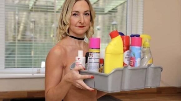 Pulizie in casa nuda: il mestiere di una donna che guadagna 110euro all'ora