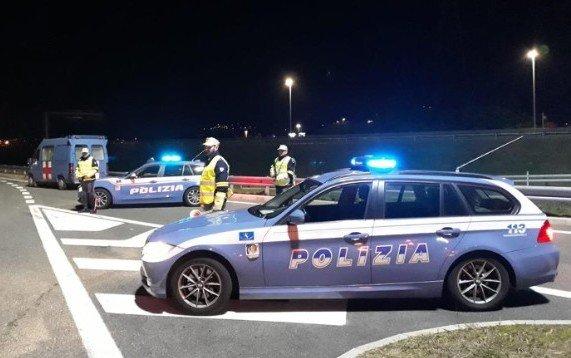 Italia, sfrecciavano sulla corsia di emergenza delle autostrade: ritirate 76 patenti
