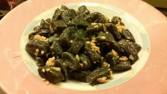Gnocchi al nero di seppia con salsa di spigola e zafferano