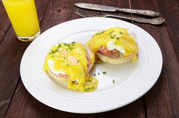 La ricetta originale delle uova alla Benedict, con la salsa olandese