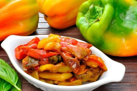Insalata di peperoni grigliati ed olive nere