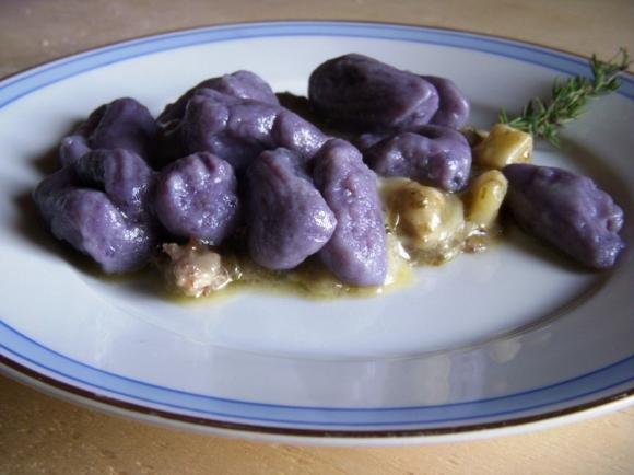 Gnocchi di patate viola con asparagi e pancetta