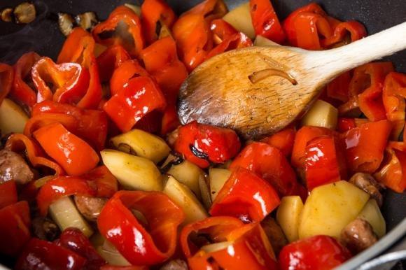 Salsiccia con peperoni e patate