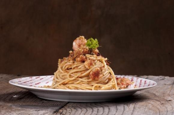 Spaghetti con gamberi e granella di mandorle