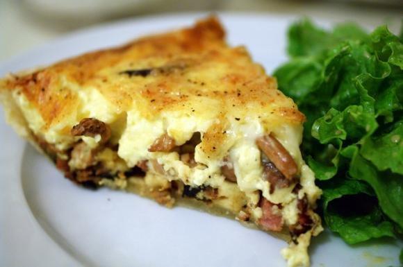 Torta salata funghi, mozzarella e wurstel