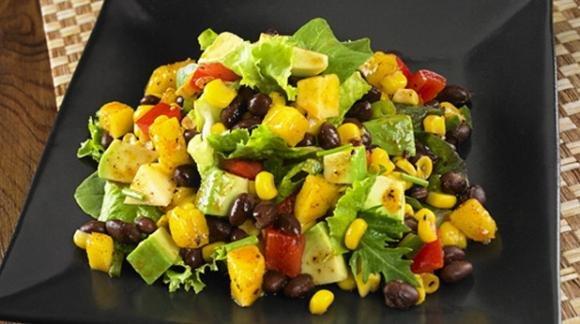 Insalata con mais e olive nere