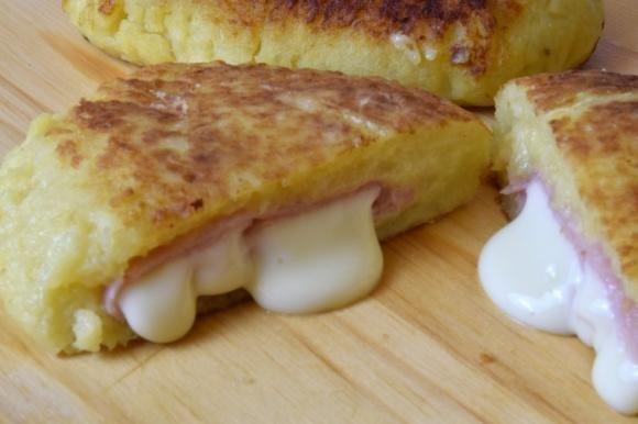 Focaccine di patate con prosciutto e formaggio