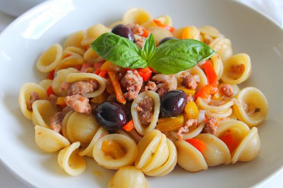 Orecchiette con salsiccia, peperoni e olive nere