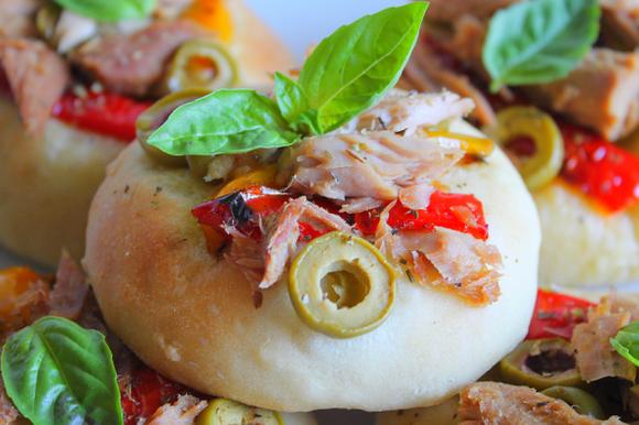 Pizzette estive con filetti di tonno, olive e peperoni grigliati