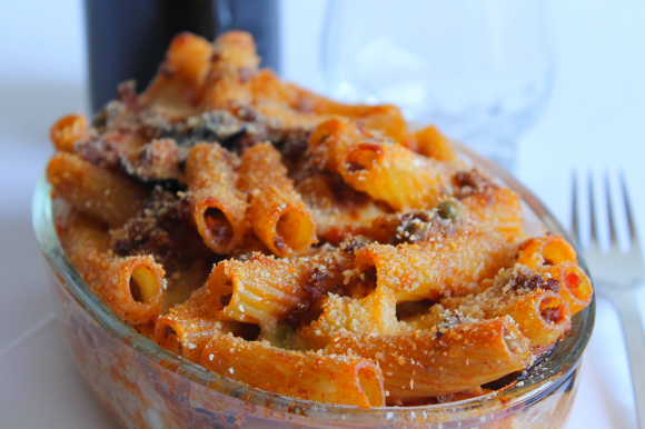 Rigatoni al forno con ragù, melanzane fritte e mozzarella filante