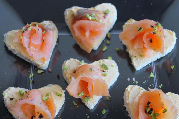 Tartine degli innamorati con salmone affumicato e pistacchi tritati