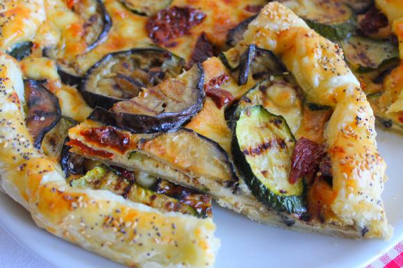 Torta salata con verdure grigliate, emmenthal e pomodori secchi
