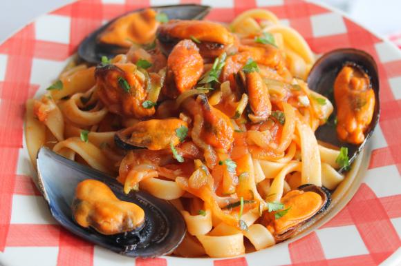 Fettuccine con cozze, verdure e olio d'oliva al peperoncino