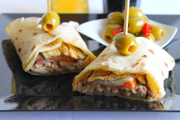 Piadina con tonno, melanzane grigliate, pomodoro, mozzarella e olive