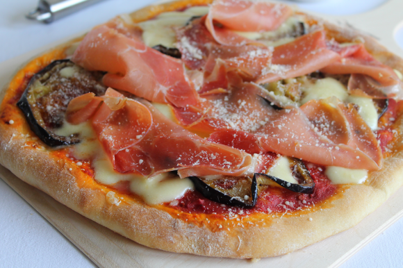 Pizza parmigiana con prosciutto crudo