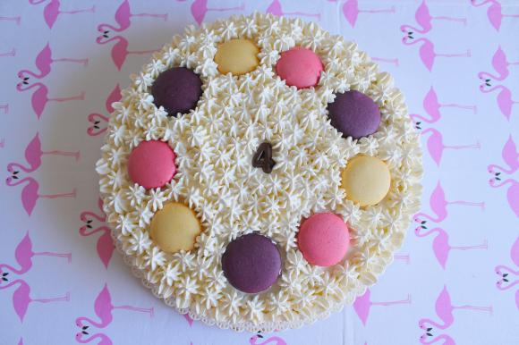 Torta con crema pasticcera, panna montata e macarons