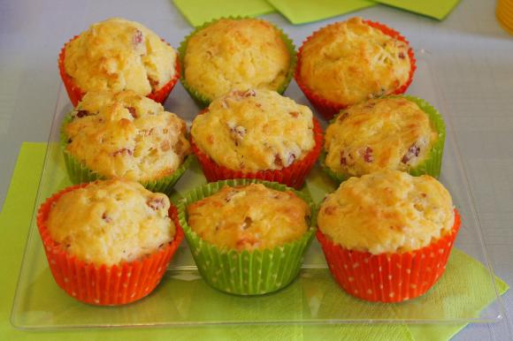 Muffin salati con pancetta affumicata e formaggio