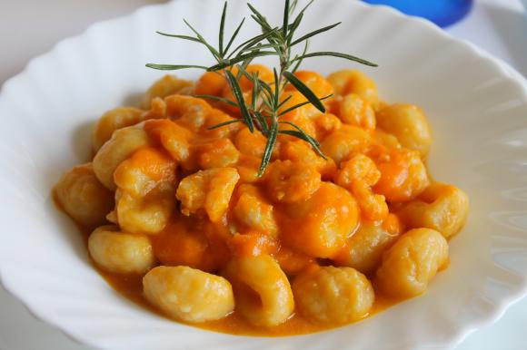 Gnocchi di patate con crema di zucca e gamberetti