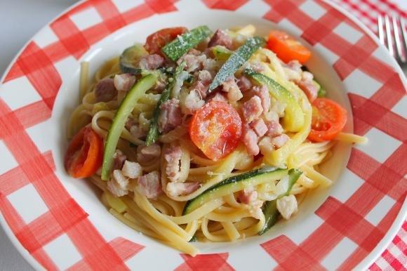 Linguine con zucchine, pancetta e pomodorini