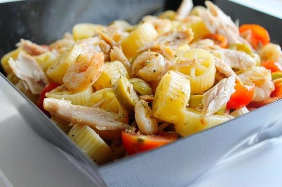 Insalata di pasta con verdure, gamberetti e filetti di tonno
