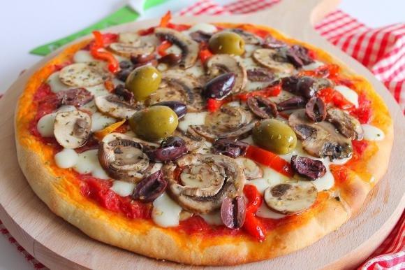 Pizza con funghi freschi, peperoni e olive miste