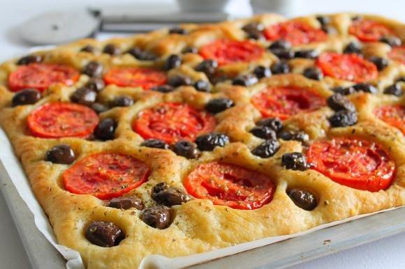Focaccia con olive nere e pomodoro a fette