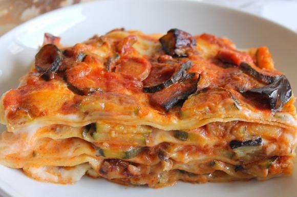 Lasagne con besciamella, verdure e wurstel