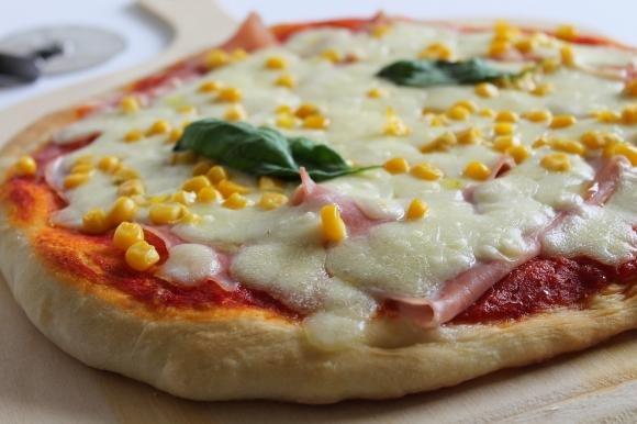Pizza con mozzarella fior di latte, prosciutto cotto e mais