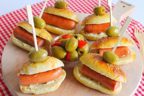 Mini hot-dog con maionese e olive snocciolate