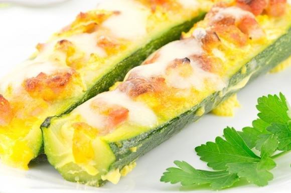 Zucchine ripiene con prosciutto cotto e mozzarella