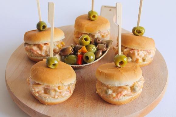 Mini burger con insalata capricciosa al tonno e olive