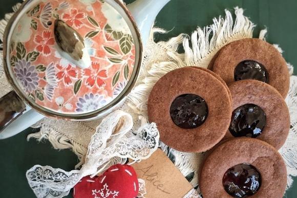 Occhi di bue al cacao con marmellata di ciliegie