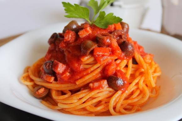 Spaghetti al pomodoro con pancetta e olive nere