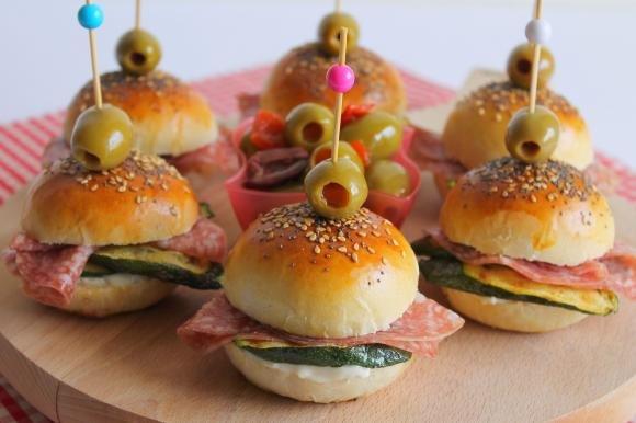 Mini burger con gorgonzola, zucchine grigliate e salame