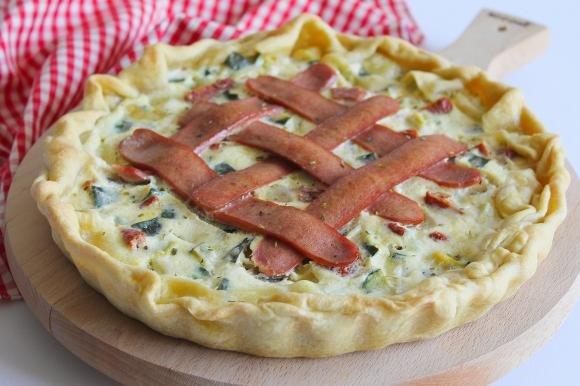 Torta salata con zucchine, pomodori secchi, mozzarella e wurstel