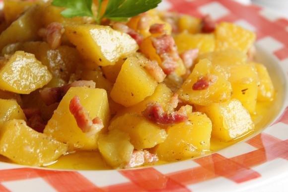 Patate saporite in padella con pancetta