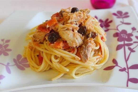 Spaghetti con sgombro sott'olio, pomodoro e uvetta