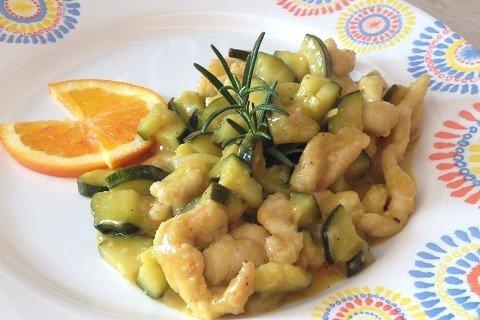 Straccetti di tacchino con zucchine in salsa all'arancia e curry