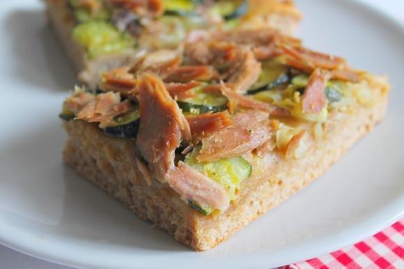 Focaccia integrale con tonno, zucchine, cipolla e olio al peperoncino