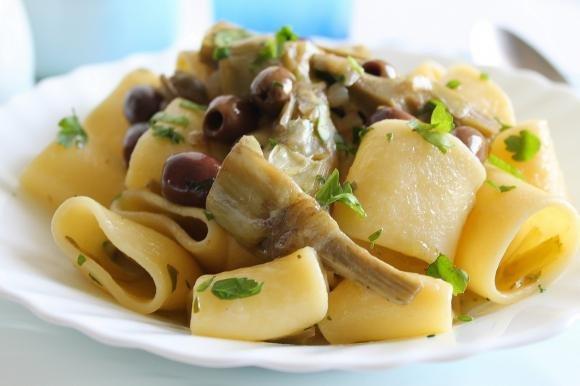 Mezzi paccheri con carciofi, olive e capperi