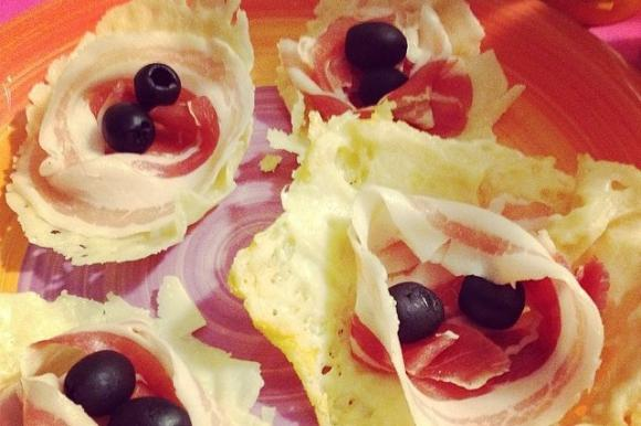 Cestini di parmigiano con olive e pancetta