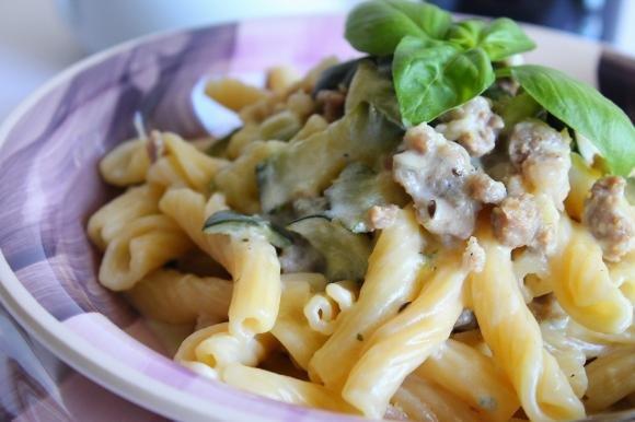 Torchietti con panna, gorgonzola, salsiccia e zucchine