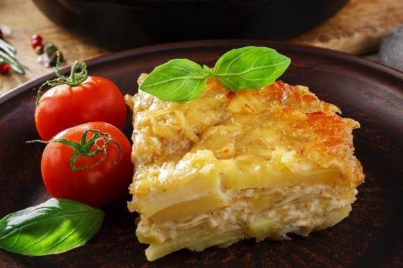 Parmigiana di patate con cipolle e crema al formaggio