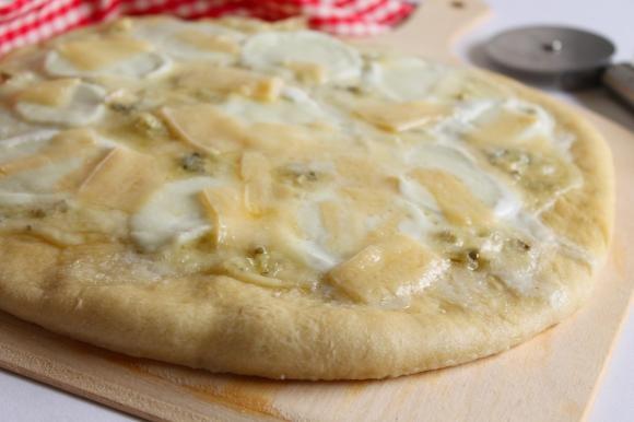 Pizza ai formaggi con mozzarella di bufala